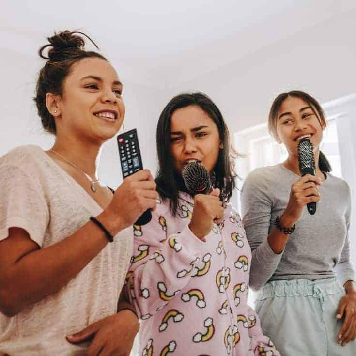 3 girls karaoking